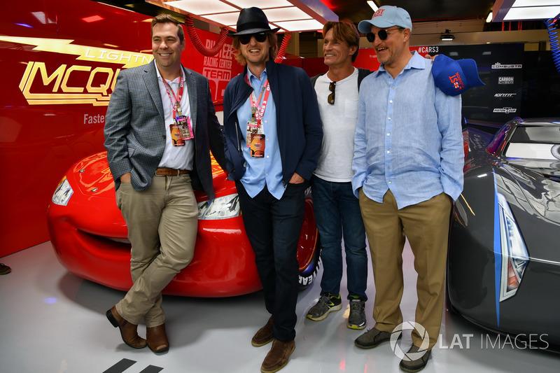 Woody Harrelson y Owen Wilson actores en el garaje de cars 3