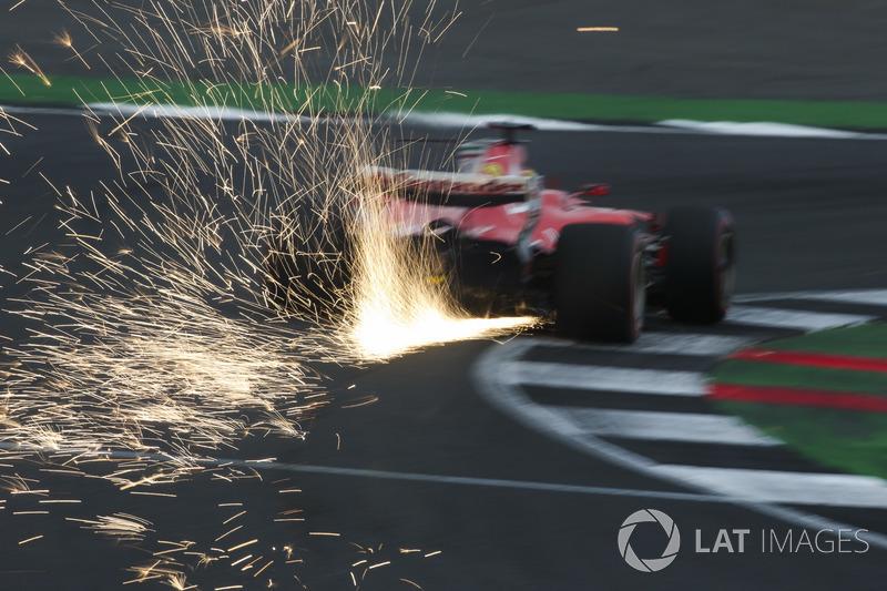 Las chispas vuelan desde el coche de Sebastian Vettel, Ferrari SF70H