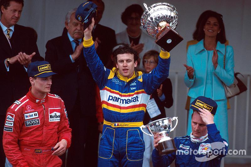 Marcado por accidentes, que sacaron a muchos pilotos de la carrera, 5 en la primera vuelta debido a la pista mojada, el GP de Mónaco de 1996 acabó ganado por Olivier Panis