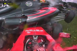 Fernando Alonso McLaren MP4-30 ve Kimi Raikkonen Ferrari SF15-T kaza yapıyor