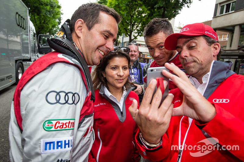 Audi Sport Team Joest: Бенуа Трелує, гоночний інженер Ліна Гейд та Андре Лоттерер пробують зробити селфі