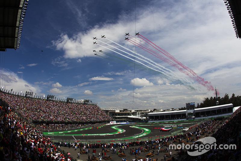 Aviones cruzan el circuito