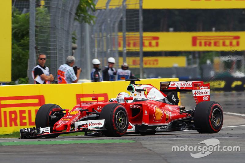 Sebastian Vettel, Ferrari SF16-H con un ala delantera rota