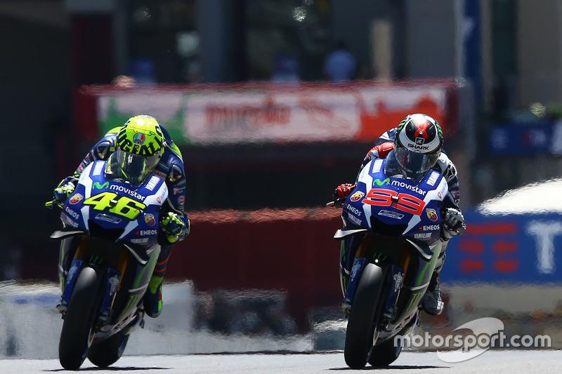 """2016 - No ano passado, Rossi apareceu com um capacete homenageando Mugello. Na parte superior, o traçado do circuito e o escrito """"Mugiallo"""" - uma fusão entre o nome da pista e a cor favorita de Rossi, que é a amarela ('giallo', em italiano)."""