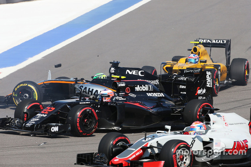 Nico Hulkenberg, Sahara Force India F1 VJM09 choca al inicio de la carrera con Jenson Button, McLaren MP4-31 y Jolyon Palmer, Renault Sport F1 Team RS16