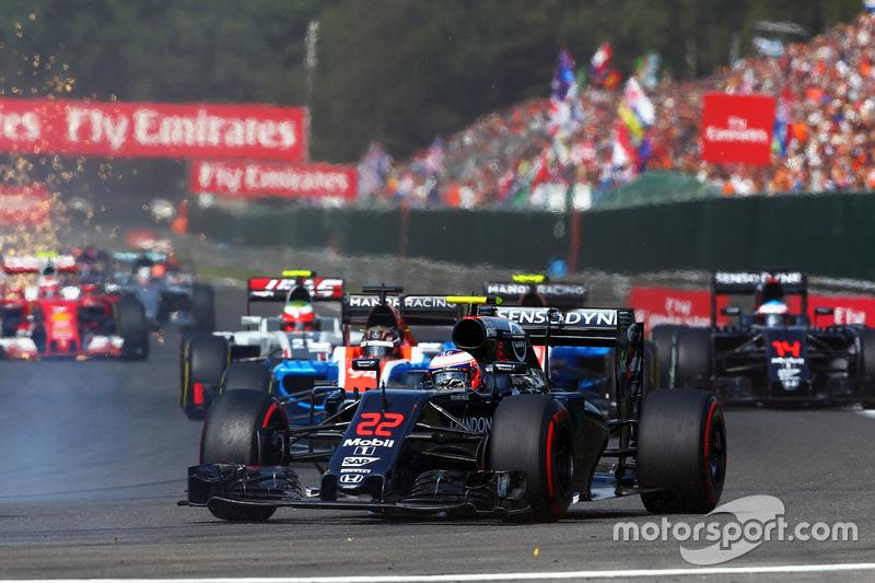 Jenson Button, McLaren MP4-31 yarış başlangıcında