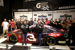Austin Dillon, Richard Childress Racing Chevrolet Camaro, mit Richard Childress, Justin Alexander und der Crew