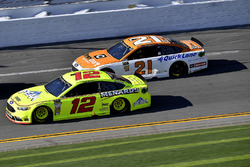 Ryan Blaney, Team Penske Ford Fusion and Paul Menard, Wood Brothers Racing Ford Fusion