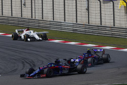 Brendon Hartley, Toro Rosso STR13 Honda, devant Pierre Gasly, Toro Rosso STR13 Honda, et Marcus Ericsson, Sauber C37 Ferrari