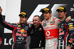 Podio: segundo lugar Sebastian Vettel, Red Bull Racing, Paddy Lowe, director técnico de McLaren, Ganador de la carrera Jenson Button, McLaren y tercer lugar Mark Webber, Red Bull Racing