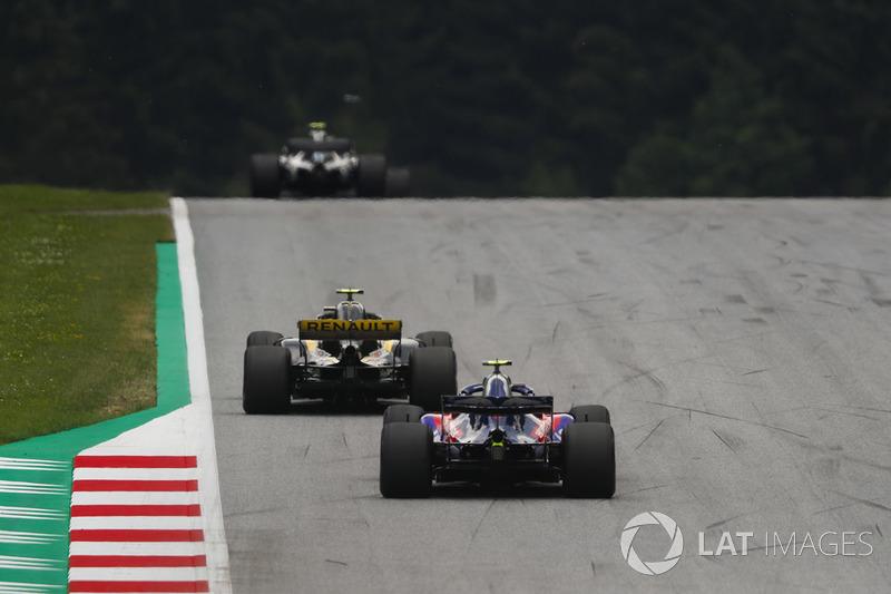 Carlos Sainz Jr., Renault Sport F1 Team R.S. 18, y Pierre Gasly, Toro Rosso STR13