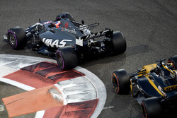 Romain Grosjean, Haas F1 Team VF-17 and Nico Hulkenberg, Renault Sport F1 Team RS17 battle for position