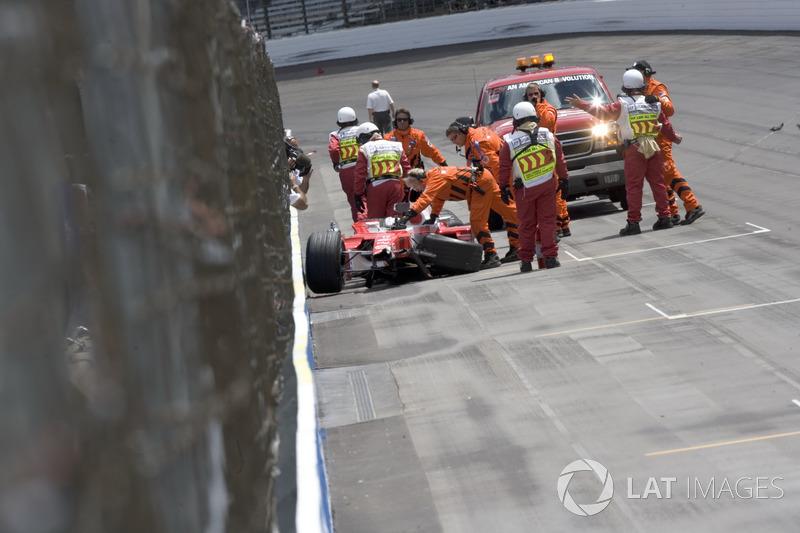 Однако главным событием пятницы стала авария Ральфа Шумахера: немец улетел в стену в бэнкинге, практически один в один повторив собственную аварию на Гран При США-2004