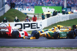Ayrton Senna, McLaren MP4/7A Honda is taken out by Michael Schumacher, Benetton B192 Ford at the Adelaide Hairpin on the first lap