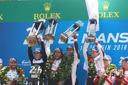 Подіум: переможці Себастьян Буемі, Казукі Накадзіма, Фернандо Алонсо, Toyota Gazoo Racing, друге місце Майк Конвей, Камуі Кобаясі, Хосе Марія Лопес