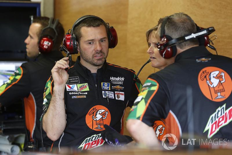 Chase Elliott, Hendrick Motorsports, Chevrolet Camaro Mountain Dew / Little Caesars crew members