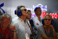Марио Тайссен в гараже Scuderia Toro Rosso