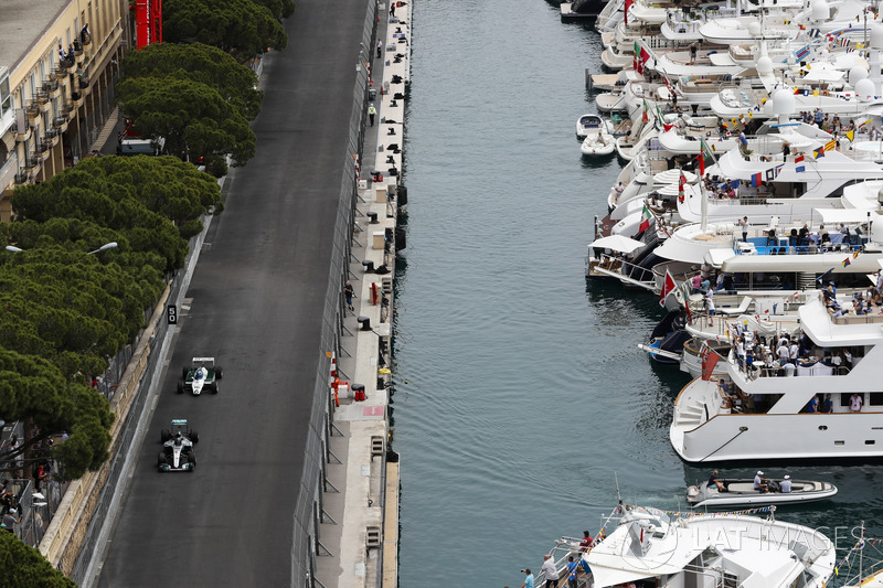 Nico Rosberg, campeón del mundo en 2016, y su padre Keke Rosberg, campeón del mundo en 1982, en el circuito en sus autos ganadores del campeonato