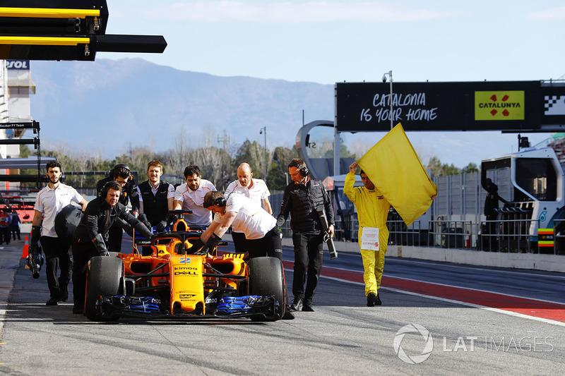 La McLaren MCL33 de Stoffel Vandoorne est rentrée au stand après sa panne