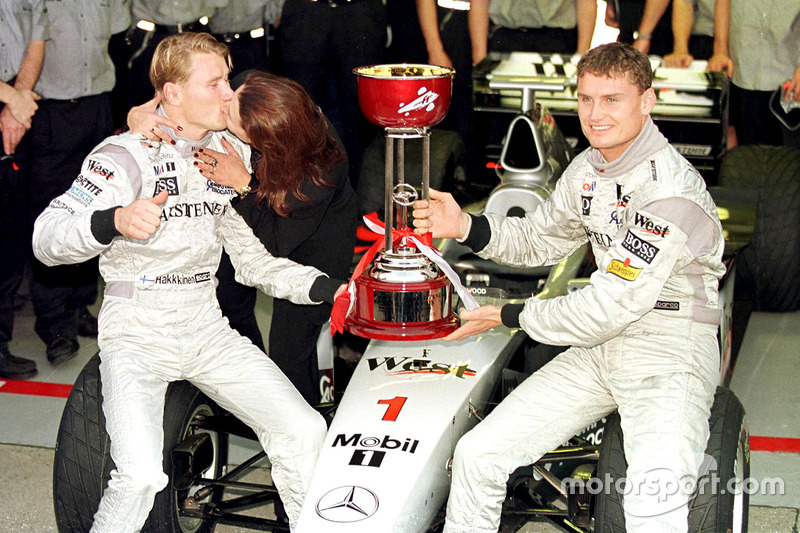 Erja Häkkinen kümmert sich um Mika, Coulthard kümmert sich um den Pokal