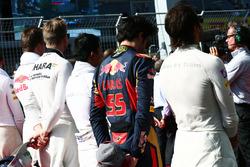 Carlos Sainz Jr., Scuderia Toro Rosso durante el himno nacional