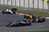 Romain Grosjean, Haas F1 Team VF-18 Ferrari, precede Kevin Magnussen, Haas F1 Team VF-18 Ferrari, e Fernando Alonso, McLaren MCL33 Renault