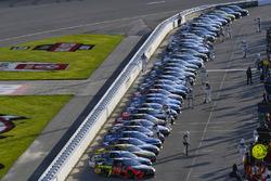 Startaufstellung: NASCAR-Autos in der Boxengasse
