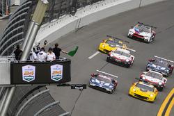 Salida de GTLM: #66 Chip Ganassi Racing Ford GT, GTLM: Dirk Müller, Joey Hand, Sébastien Bourdais leads