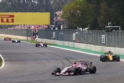 Esteban Ocon, Sahara Force India F1 VJM10, Nico Hulkenberg, Renault Sport F1 Team RS17, Sergio Perez, Sahara Force India F1 VJM10