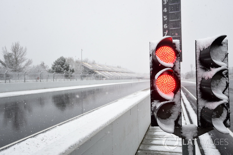 Red light as snow stops testing on day three