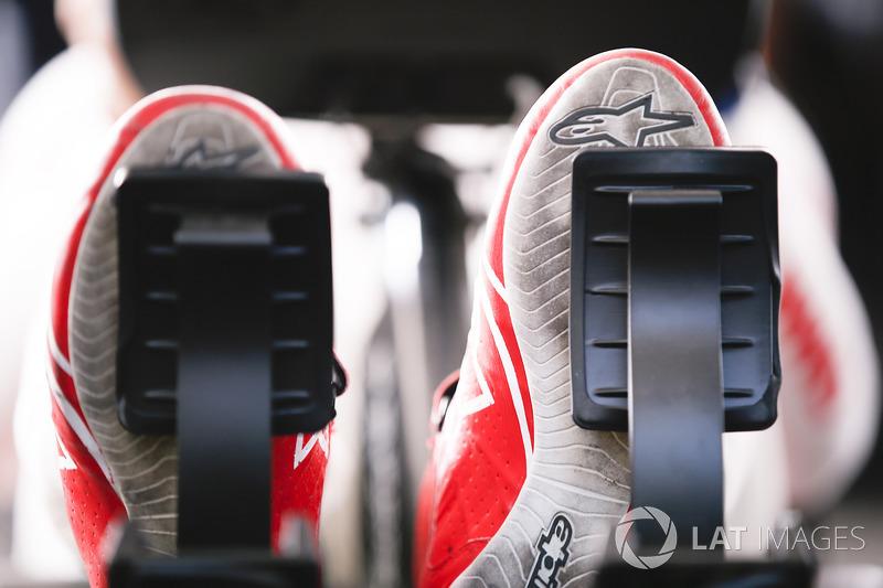 Los pies de José María López, Dragon Racing, durante el eRace