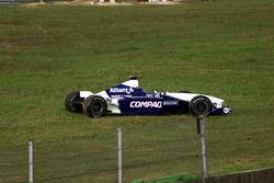El auto de Juan Pablo Montoya, BMW Williams FW23 después de chocar con Jos Verstappen, Arrows Asiate