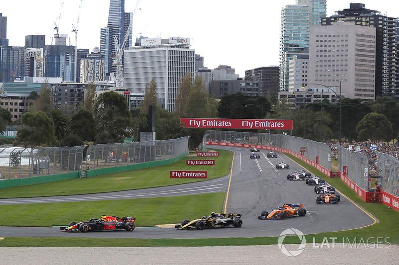 Daniel Ricciardo, Red Bull Racing RB14 leads Carlos Sainz Jr., Renault Sport F1 Team R.S. 18 at ther start of the race