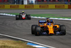 Fernando Alonso, McLaren MCL33, precede Kevin Magnussen, Haas F1 Team VF-18