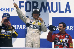 Podium: racewinnaar Nelson Piquet, Williams, tweede plaats Ayrton Senna, Lotus, derde plaats Nigel Mansell, Williams