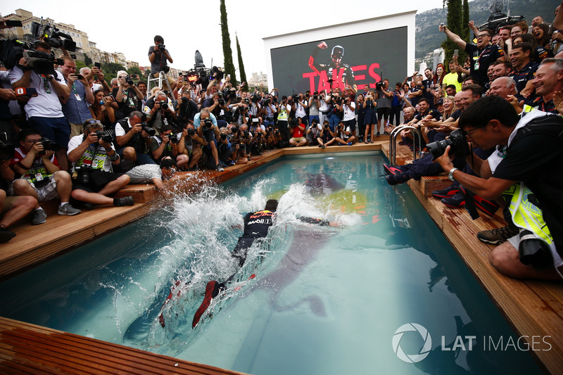 Daniel Ricciardo, Red Bull Racing, se zambulle en la piscina de la estación Red Bull Energy