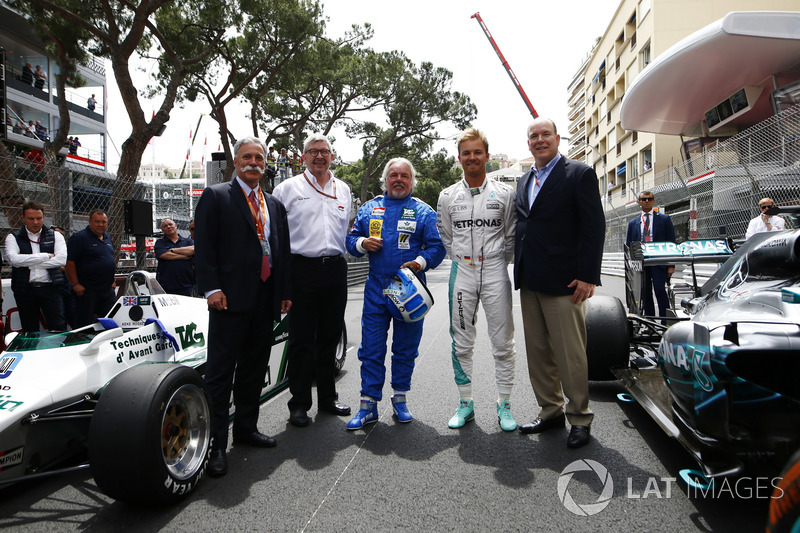 Chase Carey, Bos Formula One, Ross Brawn, Direktur Pelaksana FOM, Keke Rosberg, Nico Rosberg beserta Pangeran Albert di samping mobil Williams FW08 Cosworth dan Mercedes W07