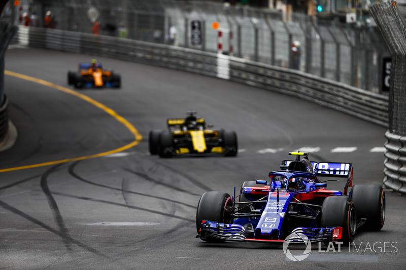 Pierre Gasly, Toro Rosso STR13, leads Nico Hulkenberg, Renault Sport F1 Team R.S. 18, and Stoffel Vandoorne, McLaren MCL33