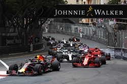 Daniel Ricciardo, Red Bull Racing RB14, leads Sebastian Vettel, Ferrari SF71H, Lewis Hamilton, Mercedes AMG F1 W09, Kimi Raikkonen, Ferrari SF71H and Valtteri Bottas, Mercedes AMG F1 W09 at the start