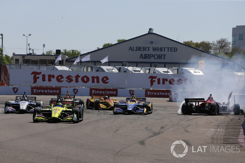 Sébastien Bourdais, Dale Coyne Racing with Vasser-Sullivan Honda takes the lead after Robert Wickens, Schmidt Peterson Motorsports Honda and Alexander Rossi, Andretti Autosport Honda crash in turn one