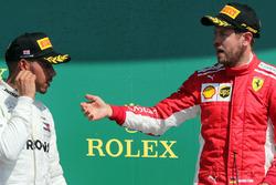 Podio: ganador Sebastian Vettel, Ferrari y el segundo lugar Lewis Hamilton, Mercedes AMG F1