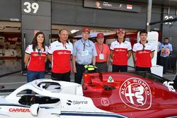 Tatiana Calderon, collaudatrice Sauber, Frederic Vasseur, Sauber, Team Principal, Marcus Ericsson, Sauber e Charles Leclerc, Sauber con Oscar Fangio, e Ruben Fangio