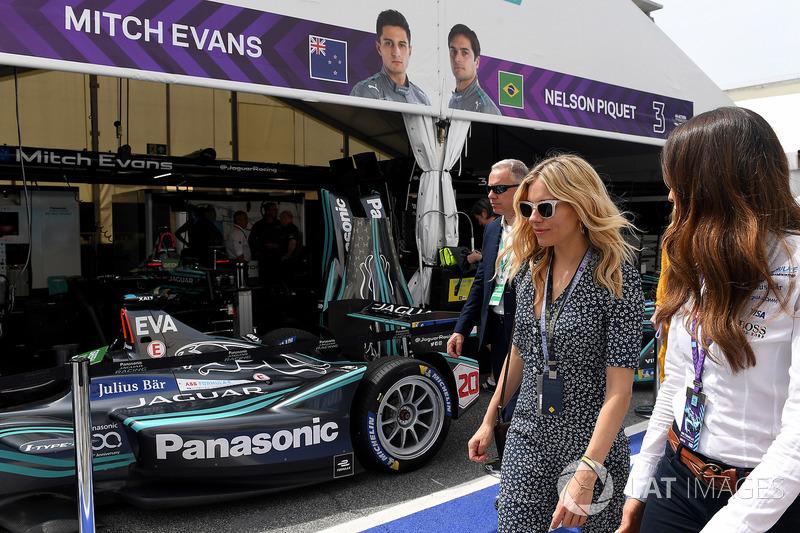 Sienna Miller vista il garage Jaguar