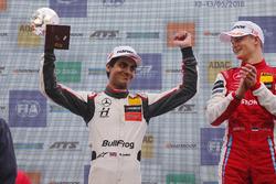 Podio: Ganador, Ralf Aron, PREMA Theodore Racing Dallara F317 - Mercedes-Benz, segundo, Enaam Ahmed, Hitech Bullfrog GP Dallara F317 - Mercedes-Benz