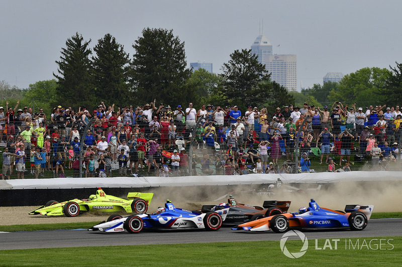 Simon Pagenaud, Team Penske Chevrolet involved in the first lap crash