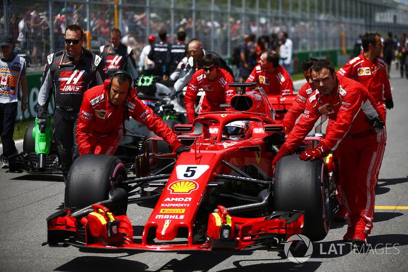 Sebastian Vettel, Ferrari SF71H, llega a la parrilla