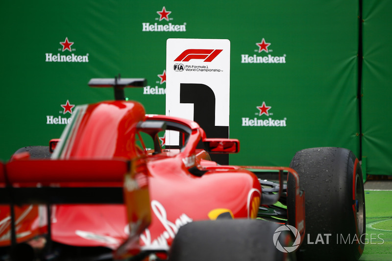 El coche ganador de Sebastian Vettel, Ferrari SF71H, bajo el podio