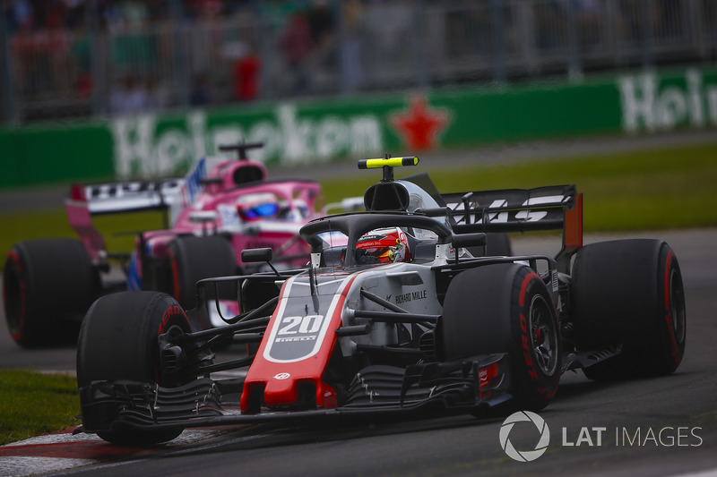 Kevin Magnussen, Haas F1 Team VF-18, leads Sergio Perez, Force India VJM11