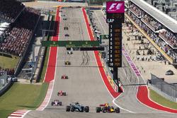 Valtteri Bottas, Mercedes AMG F1 W08, battles with Daniel Ricciardo, Red Bull Racing RB13