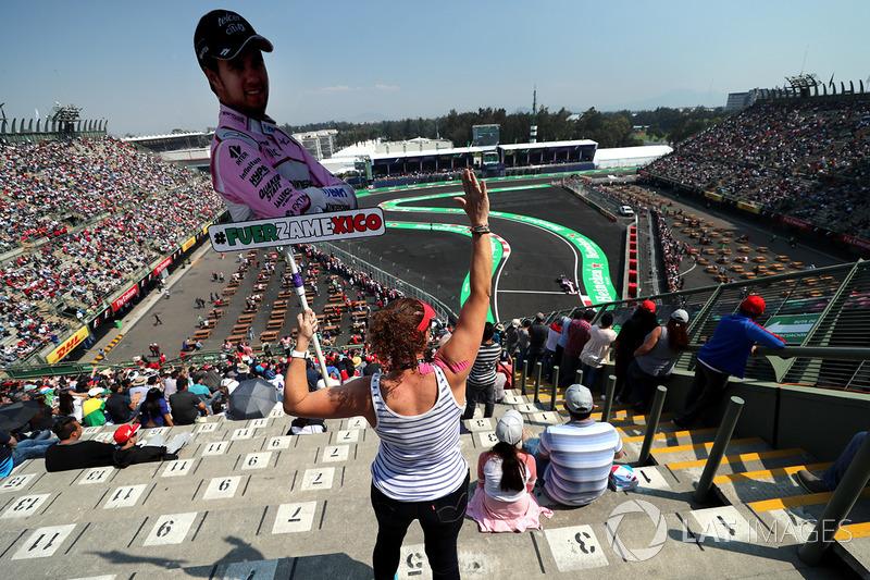 Fan en la tribuna con banderas de Sergio Pérez, Sahara Force India